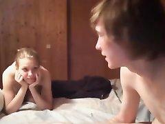 Русская красотка возле вебкамеры крупным планом трахается с любовником