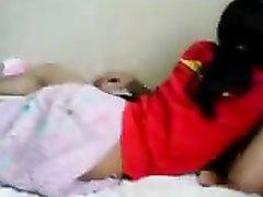 Молодая домохозяйка с круглой попой решительно трахается в постели с соседом