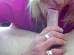 Зрелая блондинка сделала домашний минет от первого лица отсосав член партнёра
