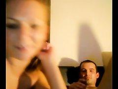 Рыжая шлюха перед вебкамерой делает массаж простаты и дрочит член клиента