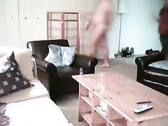 Скрытая камера снимает самоудовлетворение чувака в присутствии гостьи