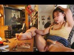 Скрытая камера снимает домашнюю мастурбацию возбуждённой красотки в колготках