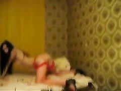 Страстная брюнетка в красных чулках сделав домашний минет отдалась в постели