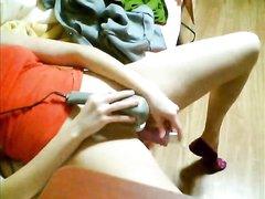 Возбуждённая девушка возле вебкамеры увлеклась любительской мастурбацией