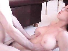 Зрелая женщина с большими сиськами занялась домашним сексом в постели