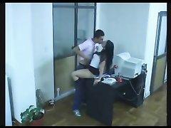 Подглядывание за брюнеткой сделавшей домашний минет и раздвинувшей ноги в офисе