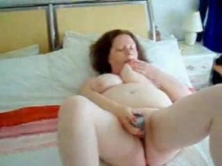 Зрелая грудастая толстуха занялась домашней мастурбацией с секс игрушкой