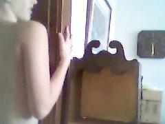 Молодая блондинка перед домашней вебкамерой мастурбирует киску пальчиками