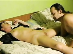 Ловелас в постели лижет киску зрелой русской брюнетки с маленькими сиськами