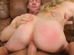 Блондинка сделав домашний минет трахается на кожаном диване с хахалем