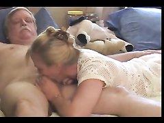 Зрелая блондинка с наслаждением чеканит домашний минет возбуждённому соседу