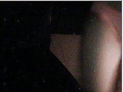 Молодая домохозяйка перед вебкамерой раздевшись мастурбирует дырку