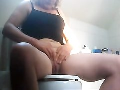 Подглядывание за любительской мастурбацией зрелой женщины в туалете
