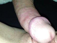 Крупный план домашнего секса с окончанием внутрь в киску зрелой развратницы
