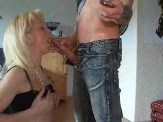 Зрелая блондинка в чулках сделав любительский минет трахается в анал и киску