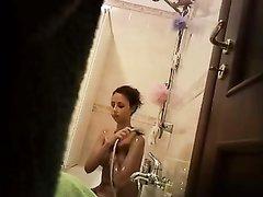 Домашнее подглядывание за молодой француженкой принимающей душ в ванной
