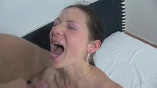 Ловелас дрочит член и кончает на лицо молодой любовницы обливая спермой губы