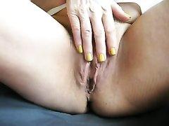 Зрелая толстуха мастурбирует волосатую киску и дрочит член крупным планом