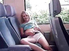 Молодая блондинка с маленькими сиськами занялась домашней мастурбацией