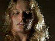 Широкобёдрая зрелая блондинка наслаждается любительской мастурбацией