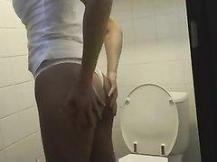 Стройная блондинка в туалете любимой секс игрушкой мастурбирует щель