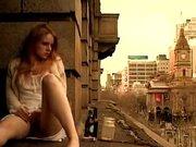 Любительская мастурбация молодой рыжей девушки усевшейся возле окна
