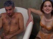 Француженка с маленькими сиськами строчит домашний минет и трахается в ванной