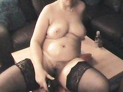 Зрелая и толстая домохозяйка в чулках секс игрушкой мастурбирует киску