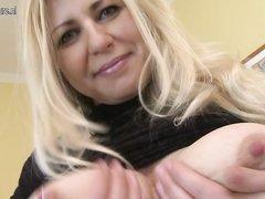 Зрелая блондинка с большими сиськами наслаждается домашней мастурбацией _part2