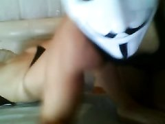 Молодая красотка в маске перед вебкамерой строчит любительский минет