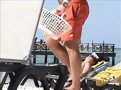Любительское подглядывание на пляже за фигуристой блондинкой в купальнике