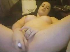 Шлюха с маленькими сиськами по домашней вебкамере мастурбирует киску