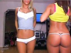Эротический танец молодых развратниц перед любительской вебкамерой