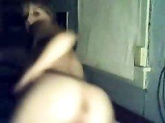 Широкобёдрая молодая толстуха возле вебкамеры увлеклась домашней мастурбацией