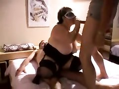 Надев маску зрелая и толстая домохозяйка наслаждается групповым аналом