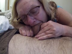 Зрелая блондинка крупным планом сделала любительский минет поклоннику
