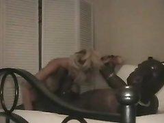 Зрелая блондинка делая домашний минет сосёт большой чёрный член у негра