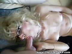 Загорелая зрелая блондинка дрочит член молодого любовника для окончания на лицо