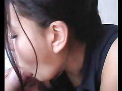 Девушка медленно сосет пока член не кончает ей прямо в рот