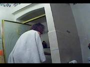 Студентка вышла из душа и вытирается при помощи полотенца