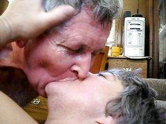 Муж снимает как он трахает сиськи жены и кончает между ними