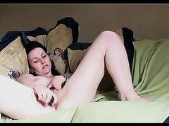 Милая девушка довела себя до оргазма
