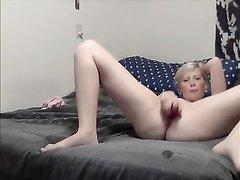 Студентка блондинка показывает насколько она любит мастурбацию
