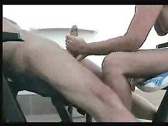 Как приятно сидеть на стуле голым, а жена тебе нежно дрочит