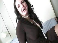 Зрелой женщине хорошо заплатили чтобы она снялась в любительском порно