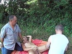 Муж снимает на любительскую камеру как его жены трахает незнакомец на полянке