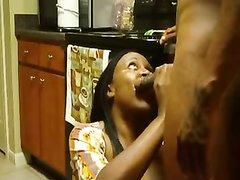 Влюбленная негритянка на коленях ждет пока парень кончит ей в рот