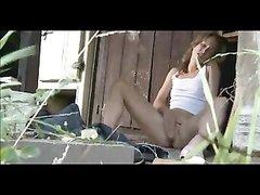 Австралийская студентка мастурбирует в своем загородном домике