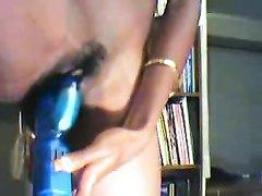 Негритянка играет с синим вибратором крупным планом