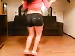 Студентка сексуально танцует не раздеваясь